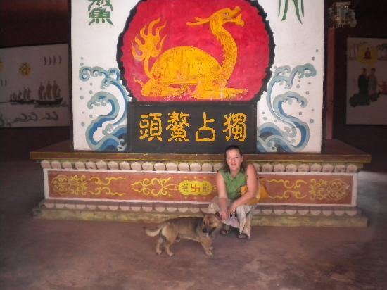 Boao Inn B&B: Elizabeth and Buster at a temple