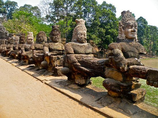 Siem Reap, Kamboja: statues carved out of stone
