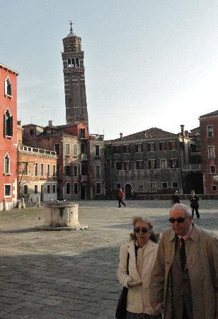 Hotel Tre Archi: Not Pisa, but it sure is leaning!