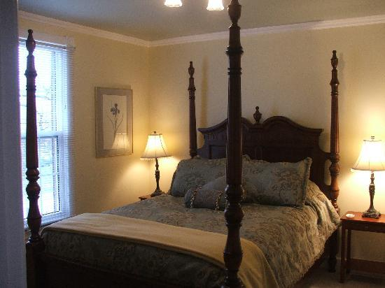 Almar House B&B: Queen room with Private Washroom, Robes, DVD/TV and complimentary wine vouchers