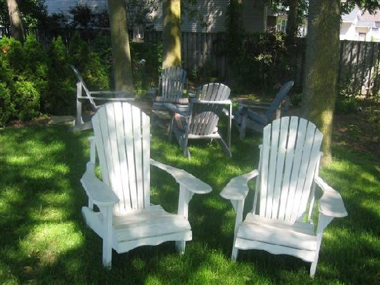 Almar House B&B: Enjoy food and drink in our outdoor sitting area...over a 1/4 acre to enjoy!
