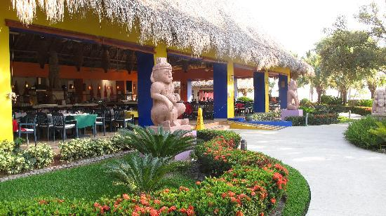 Royal Decameron Salinitas: Restaurant buffet Bambou
