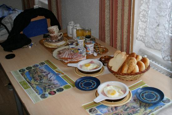 Walters Bed and Breakfast: Cheap breakfast! This was like 10 euros.