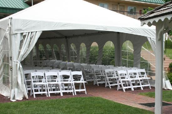 Park Inn by Radisson Harrisburg West: Tented Courtyard for outdoor ceremonies