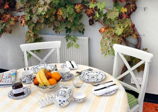 Mulsford Cottage B & B: Breakfast in the conservatory