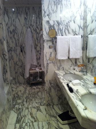 Hotel Principe Di Savoia: Bagno in marmo