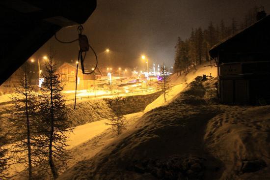 Les Chalets de la Clautre : view at night towards village centre when snowing