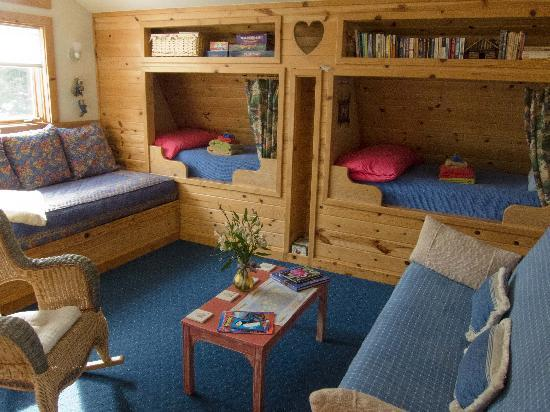 Teddy s Inn the Woods Bed and Breakfast: Living Room with cozy twin beds - board games and books in the shelf above