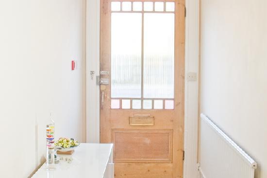 Four Sevens Guest House: Front door