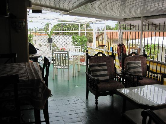 A1 Apartments Aruba: view from kitchen to patio area