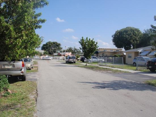 Tamiami Guest House: the street