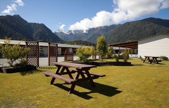 Lake Matheson Motel: Outside of building