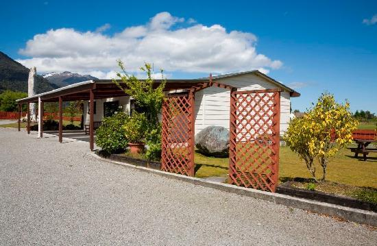 Lake Matheson Motel: Carport for every unit