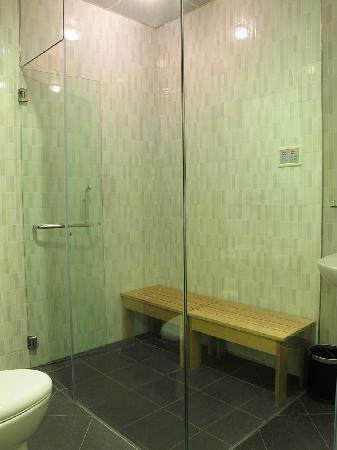 Eight Days Boutique Hotel: Bathroom with steambath