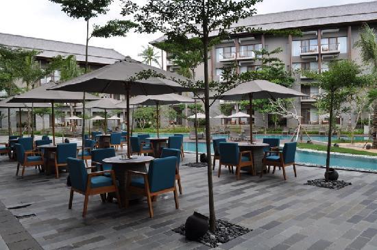 Courtyard by Marriott Bali Nusa Dua Resort: restaurant outside