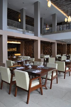 Courtyard by Marriott Bali Nusa Dua Resort: restaurant inside