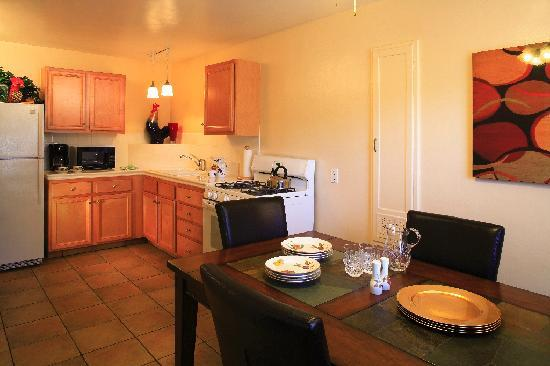 Beach House Inn & Apartments: Kitchen, Deluxe One Bedroom Suite