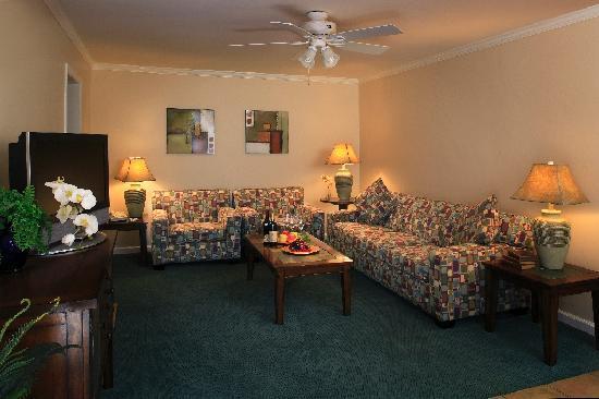 Beach House Inn: Living Room, Deluxe One Bedroom Suite