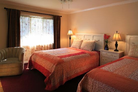 Beach House Inn: Studio with 2 Queen Beds