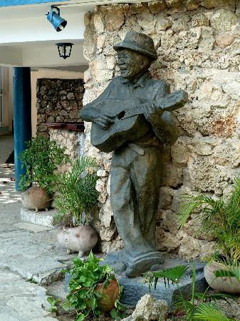 La Rueda: Statue von Compay Segundo