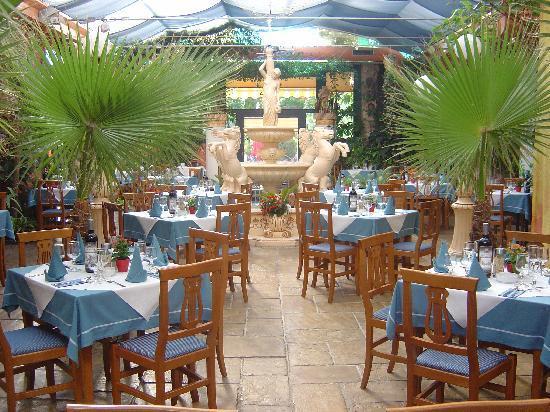Hotel & Ristorante Don Giovanni: unser romantischer Wintergarten mit Trevi-Brunnen