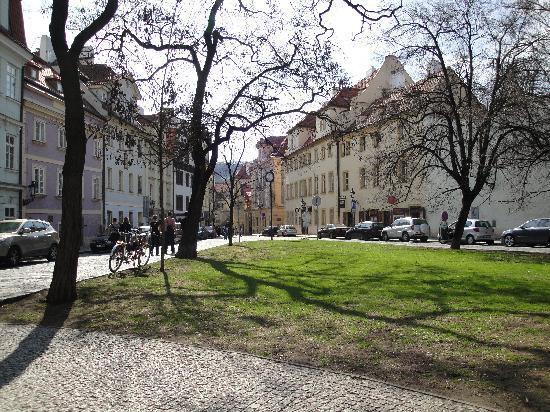 Πράγα, Τσεχική Δημοκρατία: seated area near Charles bridge.