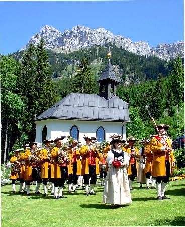 Nesselwaengle, Österreich: die Musikkapelle Nesselwängle vor der St. Antoniuskapelle bei Sunneschlössli
