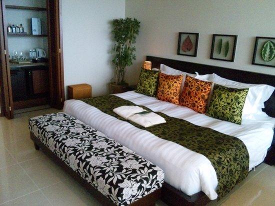 Sankara Hotel & Spa Yakushima: 部屋はカラフルな南国風です。