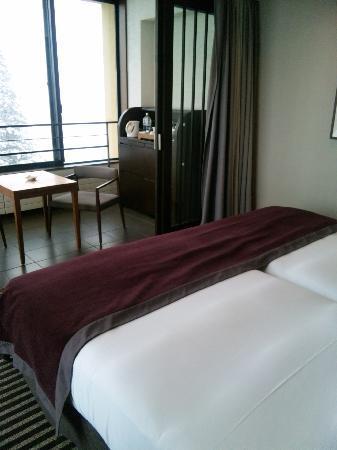 Hyatt Regency Hakone Resort and Spa: 部屋はシンプルカラーでまとめられてます。