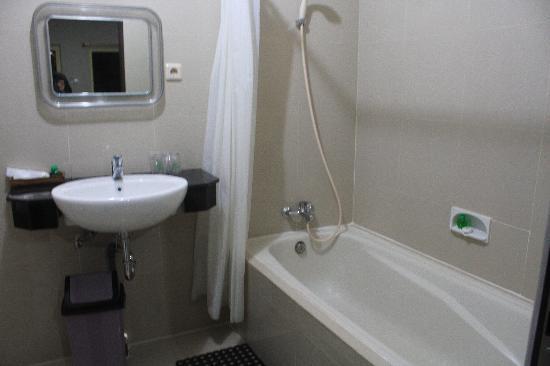 Melasti Kuta Bungalows and Spa: Bathroom with bath tub