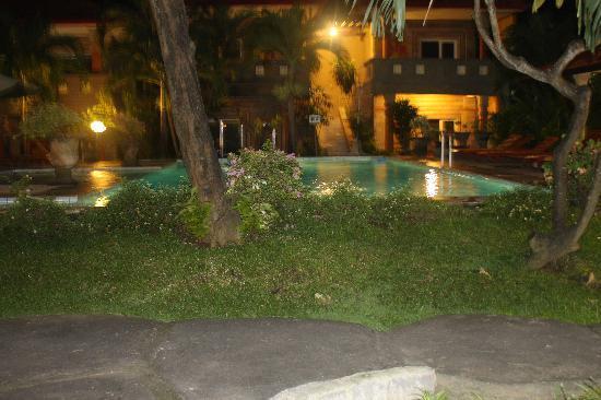 Melasti Kuta Bungalows and Spa: Pool at night