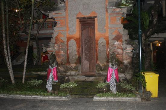 Melasti Kuta Bungalows and Spa: Nice balinese temple in the hotel