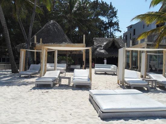 Huracan Cafe: beach seating area