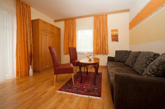Gästehaus Sonnblick: Wohnzimmer Ferienwohnung