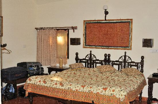 Kanha Jungle Lodge: Indian style bed is a little hard