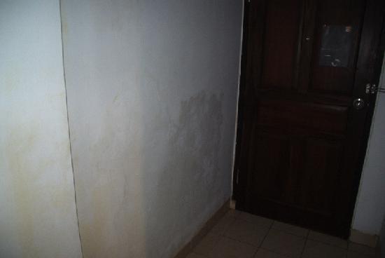 Puri Saron Hotel : schimmelplekken tegen de muren