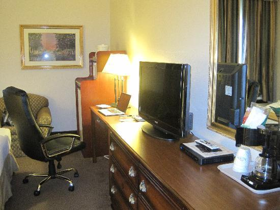 Baymont Inn & Suites Lafayette: Desk and appliances