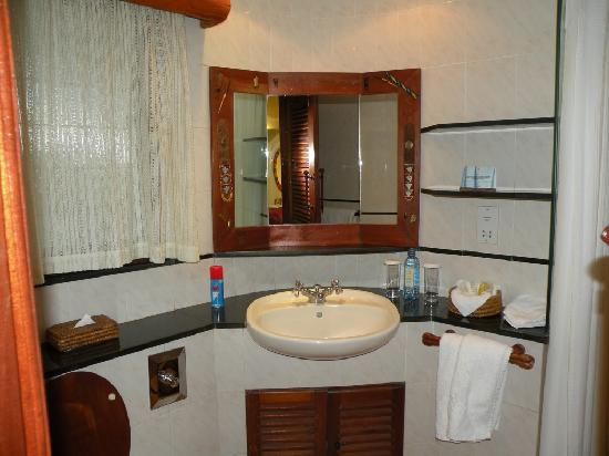 Biaprocade Day Tours & Safaris: Mara Serena Safari Lodge bathrooms