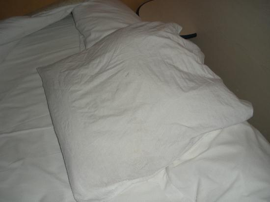 Marciano Hotel Gare du nord : Dirty pillow!