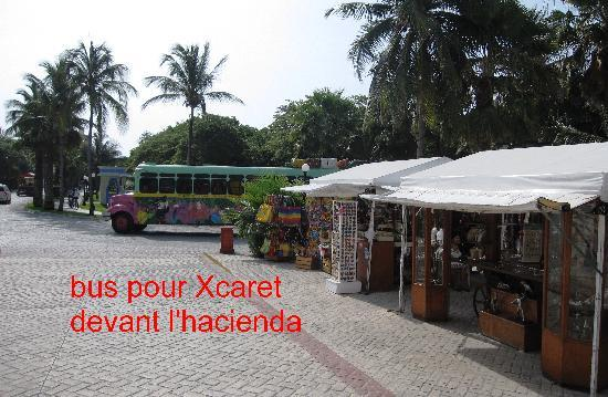 Grand Bahia Principe Coba: bus Xcaret devant l'hacienda