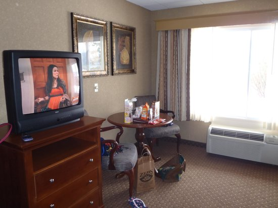 Red Jacket Mountain View Resort & Water Park: TV & Table - forgive the mess