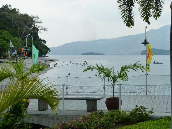 Camayan Beach Resort and Hotel : View of the beach area from reception