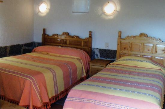 Villa Amacalli: Interior de una habitación con cama doble, cama sencilla y tapanco