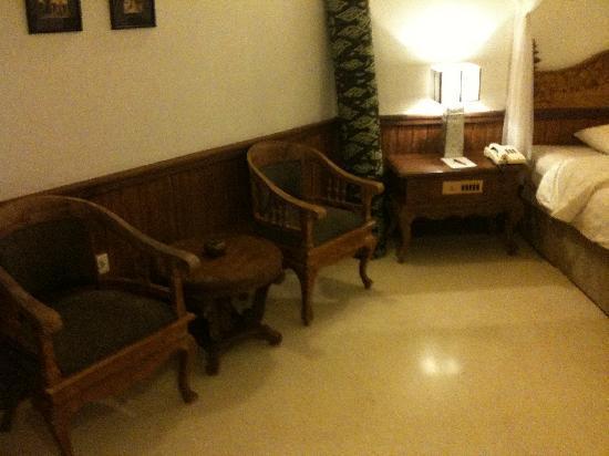 Keraton Jimbaran Beach Resort: Lovely wood carving furniture