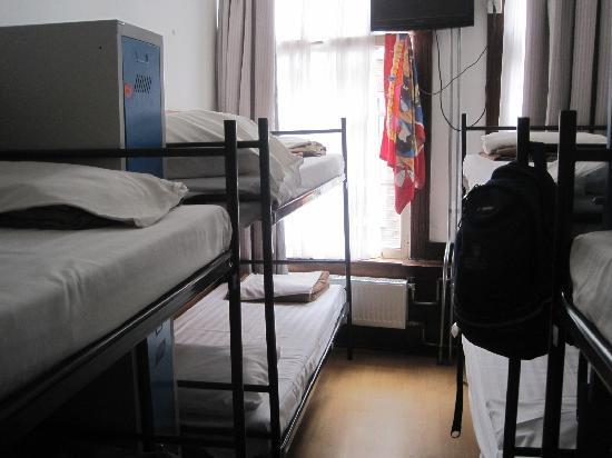 Travel Hotel: 部屋にはロッカー、トイレ、シャワー有り
