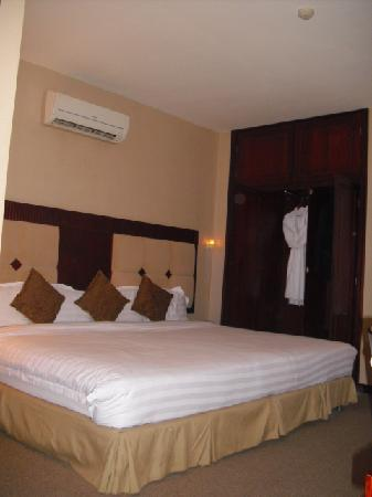 Vina Terrace Hotel: Huge bed