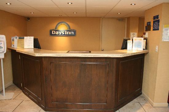 โรงแรมเดย์อินน์เนปจูนบีช: Registration Desk