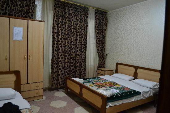 Arab Tower Hotel: The inner bedroom with a single bed and a double bed.