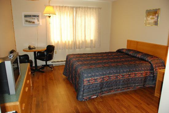 Selkirk Inn: one bed room