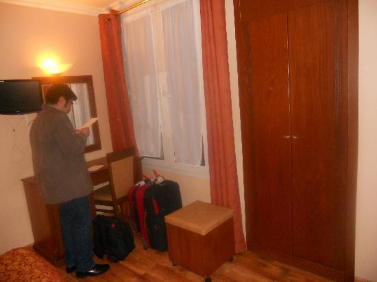 121 Hotel Paris: tele con cable y el minibar